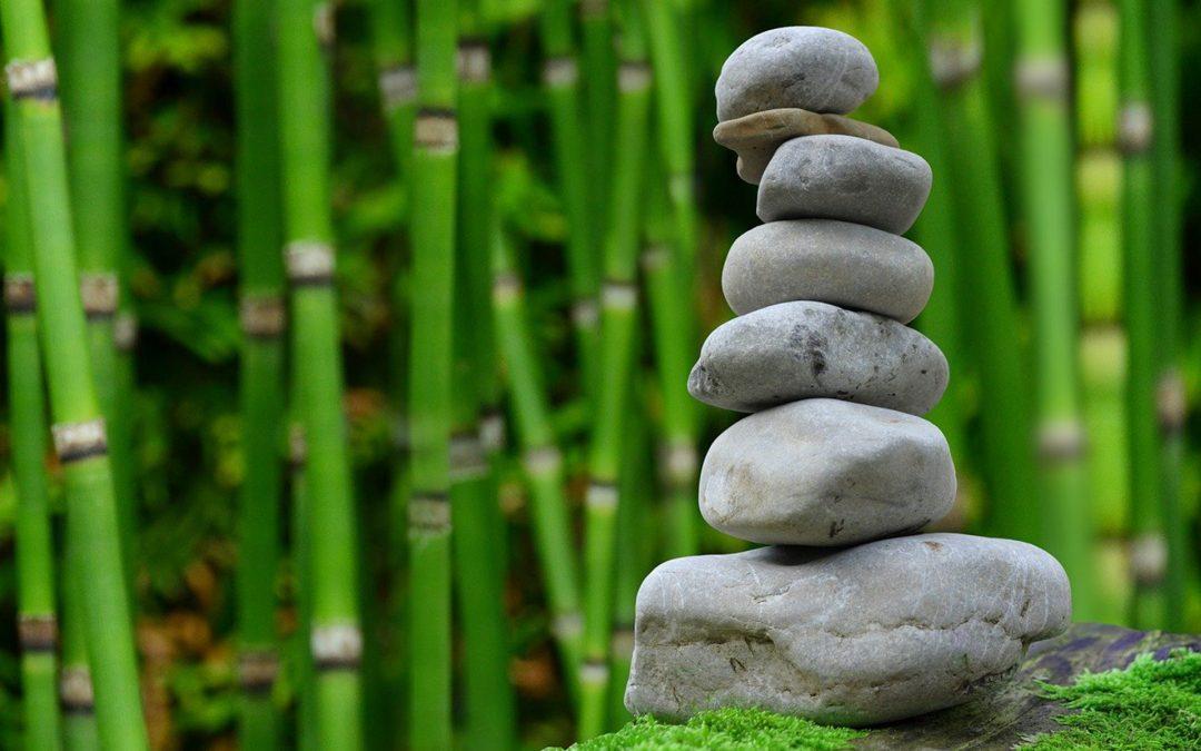 Columna de piedras en naturaleza